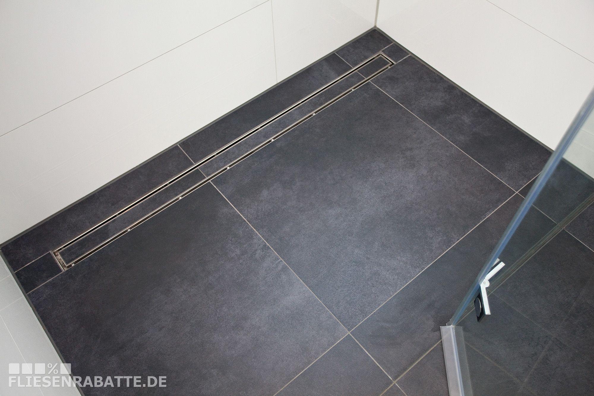 Bodenebene Dusche mit Ablaufrinne an der Wand.Alles