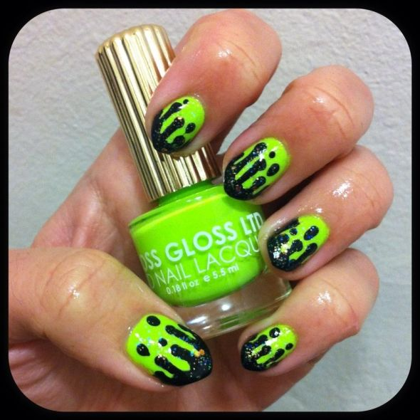 El verde y el negro contrastan muy bien. Luce unas llamativas uñas ...
