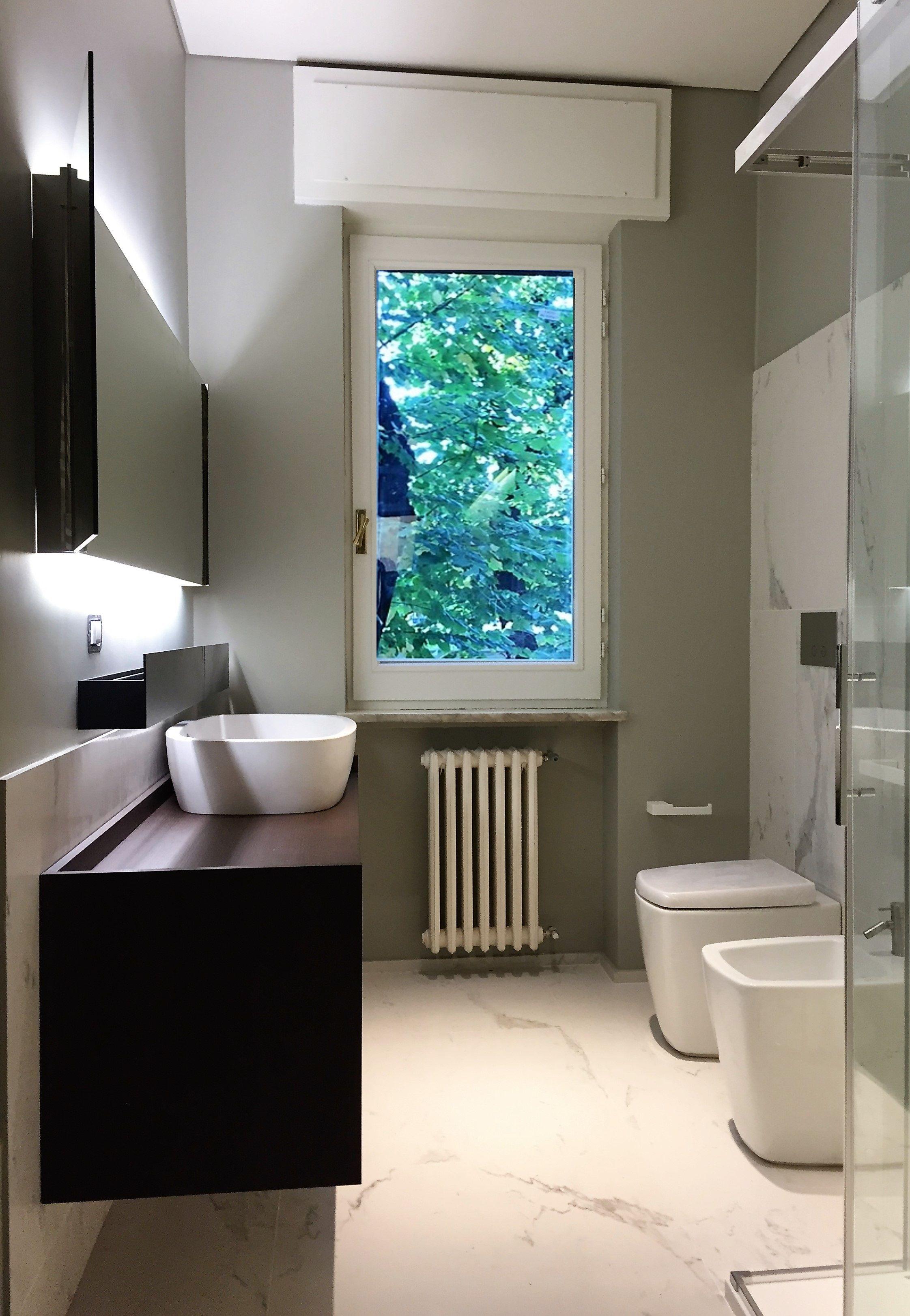bagno con pavimento e parete in marmo bianco carrara