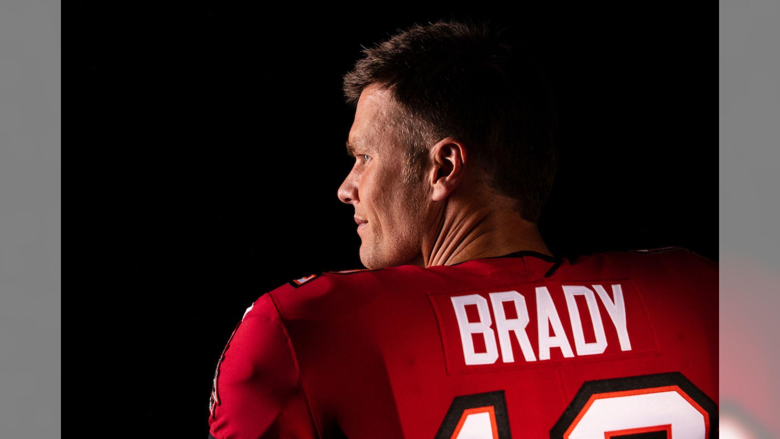 First Look Tom Brady Dons Buccaneer Uniform For First Time In 2020 Tom Brady Tom Brady Nfl Brady