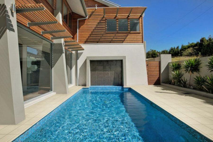 Resultado de imagen de patios grandes con piscina casa for Patios con piscina