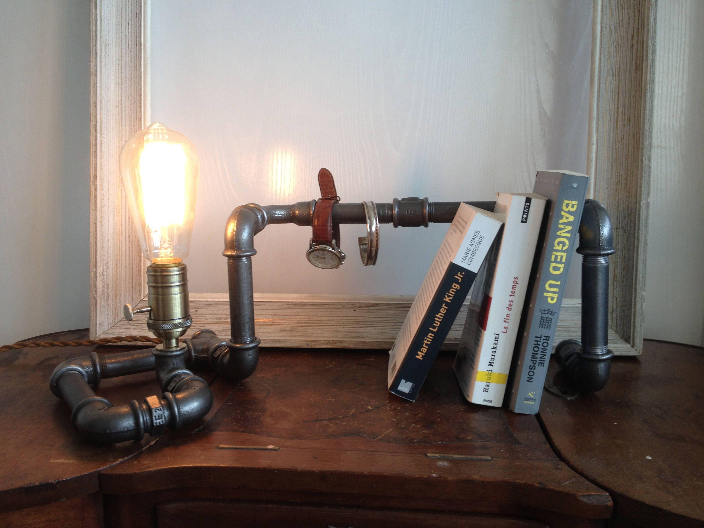 Lampe industrielle steampunk avec station d accueil pour livres et