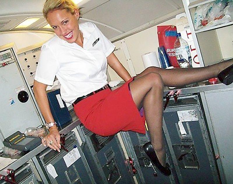 стюардессы показывают ножки заказ, пошли