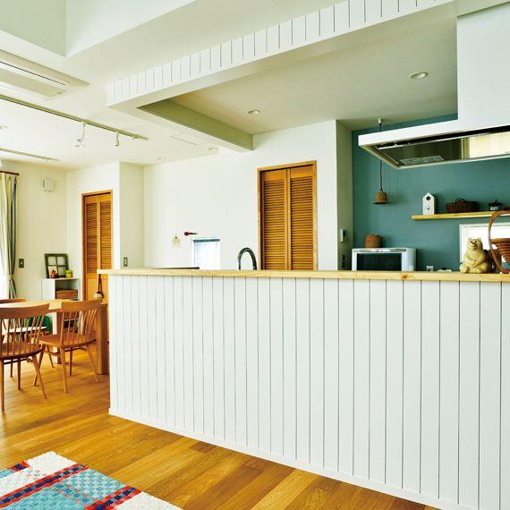 白い板張りがポイントになっている 北欧のカフェ風を思わせるキッチン