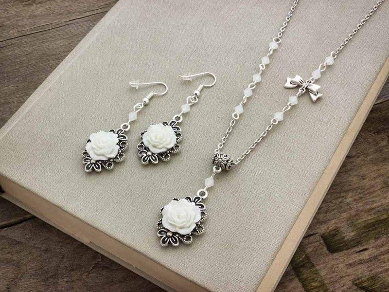 9e4247151 Fehér színű rózsás fülbevaló és nyaklánc szett | R.M. ékszer szettek ...