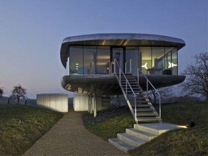 Une maison en aluminium juchée sur pilotis Pinterest Architecture