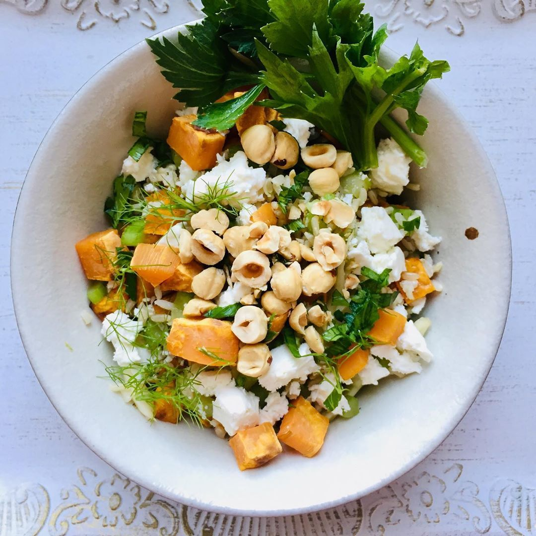 The perfect bowl for a sunny sunday with brown rice, fennel, sellery, baked sweet potatoes, roasted hazelnuts, feta, honey and olive oil. Comfy food at its best 🥰☀️ Enjoy the day! Recipe for the bowl coming soon. %