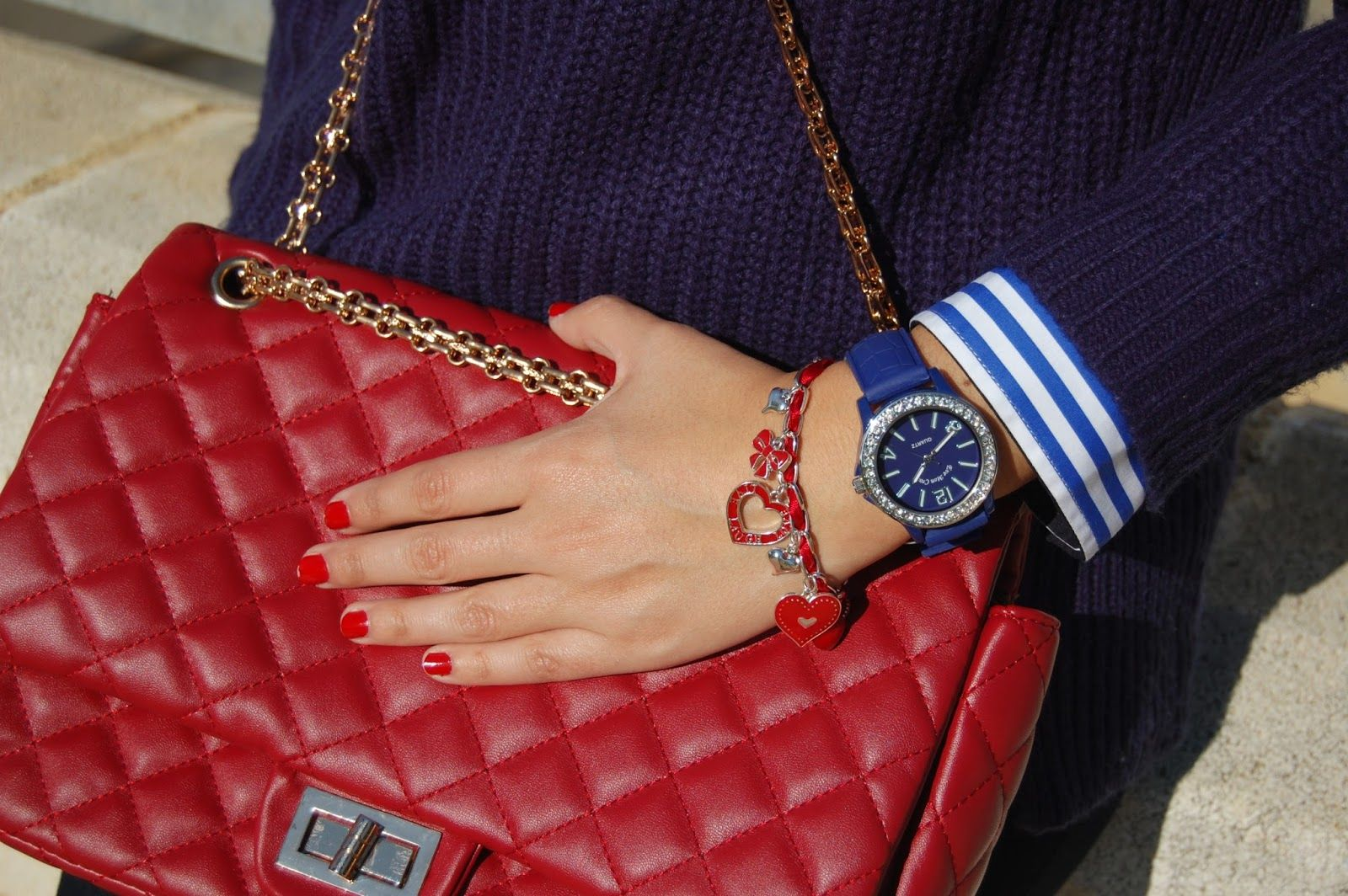 http://unachicasual.blogspot.com.es/2014/12/the-color-blue.html  bolso, bag, rojo, red, gold, dorado, oro, watch, reloj, azul, blue, pulsera, corazón, rojo, bracelet, red, heart