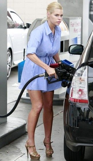 Actress Model Sophie Monk Seen Getting Gas In West Hollywood Ca Sophie Gives A Homeless Man A Couple Of Dollars And A Fist Bump Then Homeless Man Monk Women