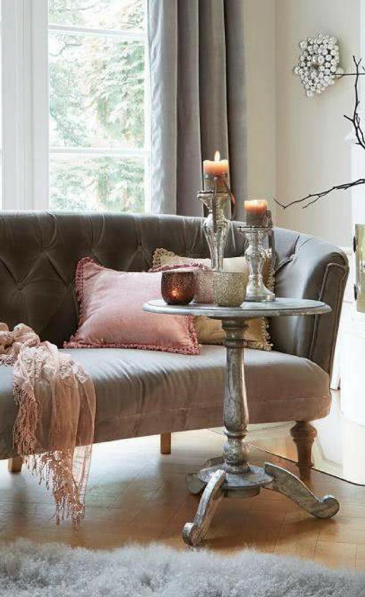 Das Kleine Kapitonierte Franzosische Sofa Bringt Auch In Modernen