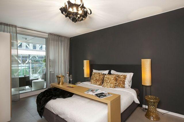 Graue Wand Helle Vorhänge Goldene Lampions Stehlicht