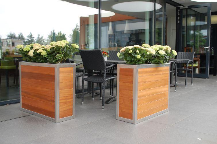 Pflanzkübel Holz Mit Edlem Edelstahlrahmen Als Sichtschutz Draußen Auf  Terrasse.