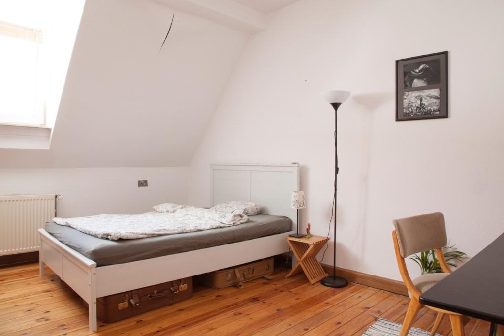 Gemütliches Wg Schlafzimmer Mit Bett Schreibtisch Und Alten Koffern