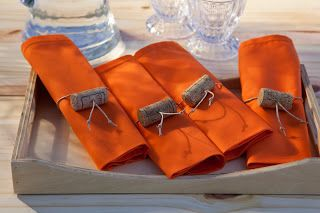 Queijos e Vinhos e detalhes nos guardanapos com rolhas...linda idéia!