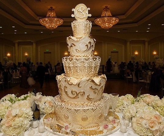 king and queen themed wedding  Gold Theme Wedding Cake
