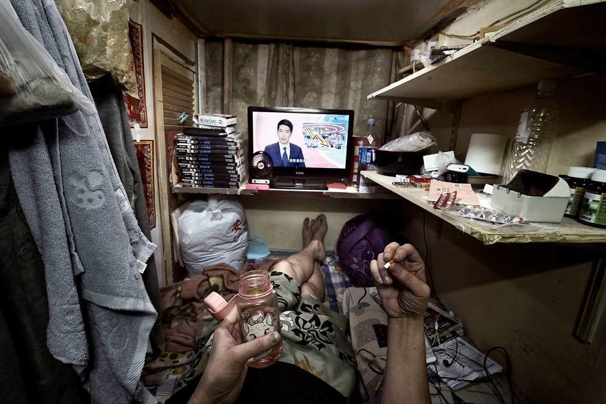 Vivir en 2 metros cuadrados: impactantes fotografías de cubículos ataúd de Hong  Kong - Cultura Inquieta | Cubículo, Metro cuadrado, Hong kong