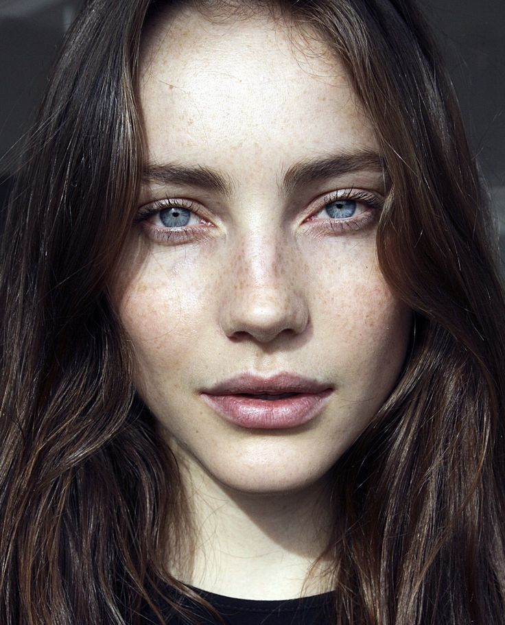 Sommersprossen blaue augen dunkle haare Blonde haare