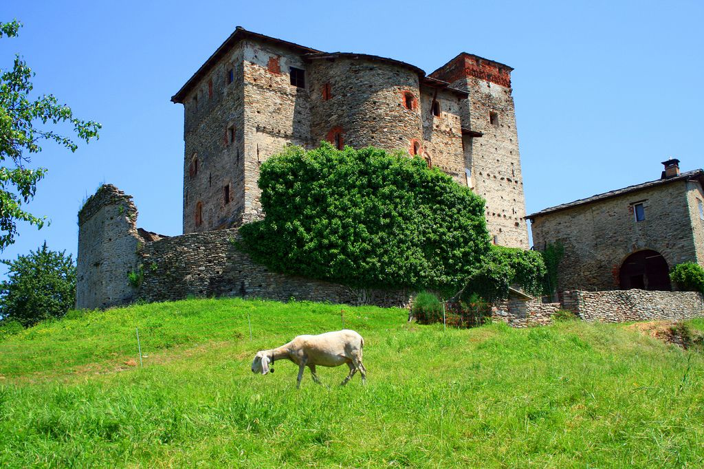 Castello Malingri Di Bagnolo Cn Piemonte Castle Ghost House