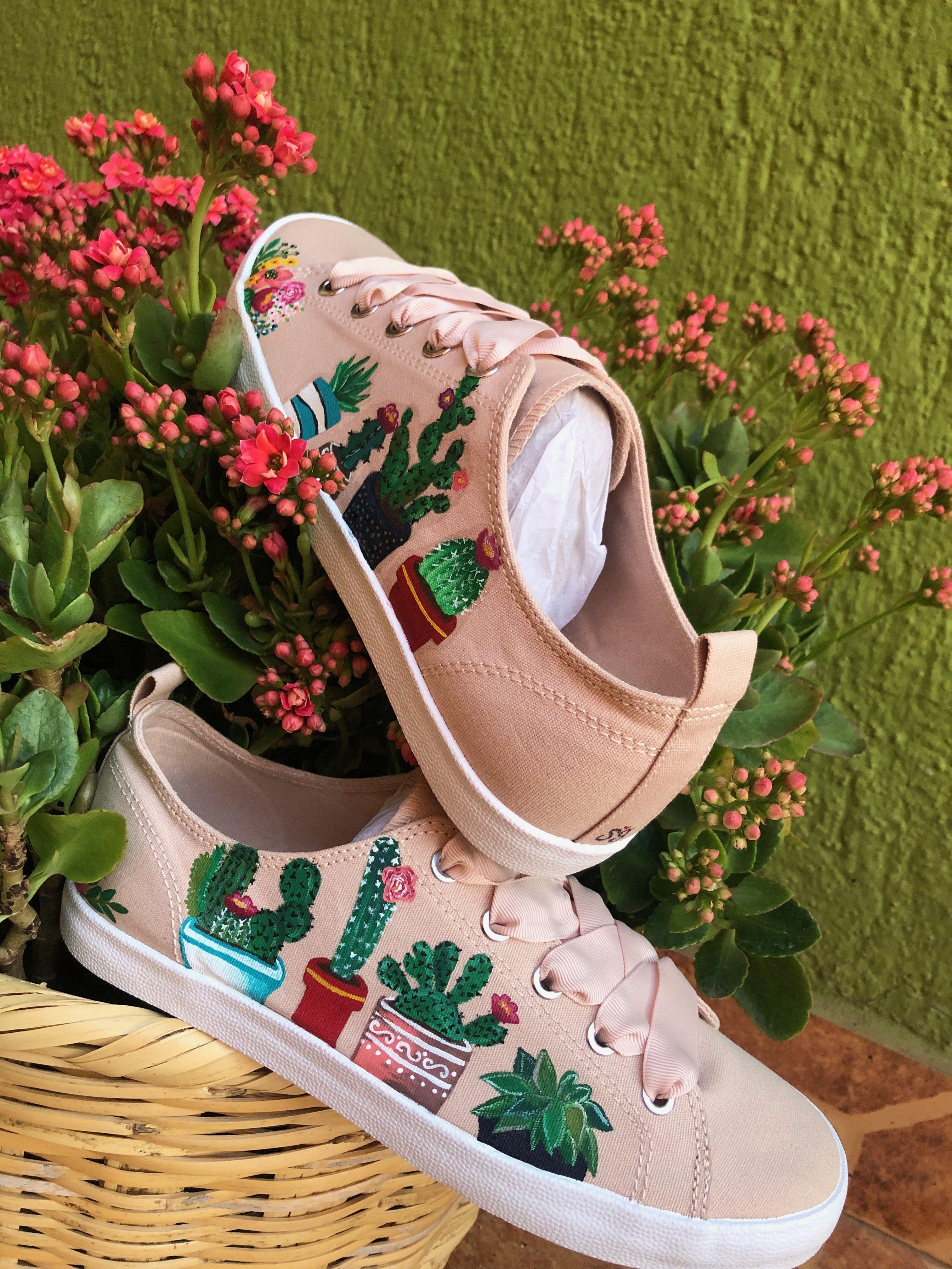 Tenis beige de tela, cactus pintados a mano. Personalizados