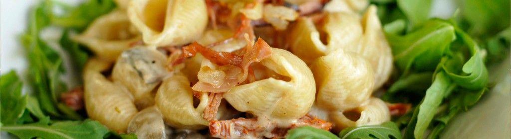 Salada morna de búzios integrais, creme de queijo mascarpone, presunto estaladiço, tomate seco e rúcula