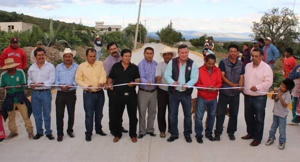Inauguran camino y cancha en Tepeaca