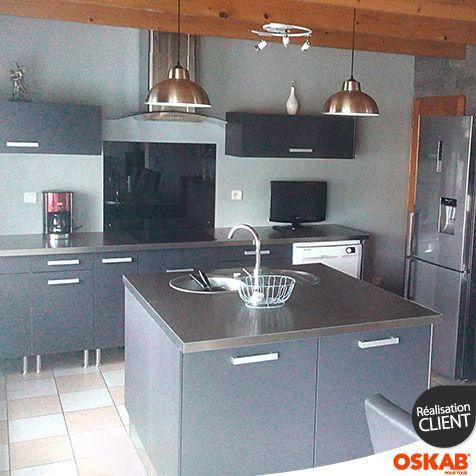 Cuisine grise et inox au look design, meubles bas et colonnes de