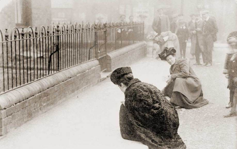 Emma Sproson (left) and a friend chalking the pavement London 1907