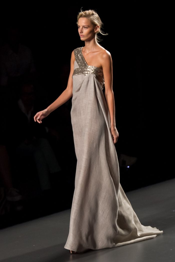 maxi vestido de lino con escote asimétrico de ulises merida | moda