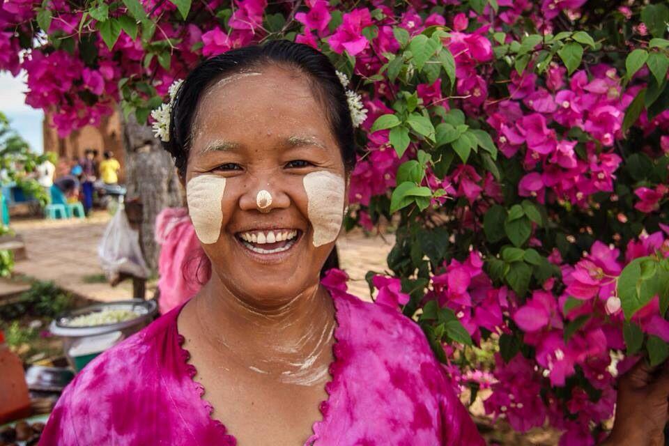 Simpática vendedora birmana. En su rostro lleva Thanaka, maquillaje típico que llevan hombres y mujeres. #mochileros