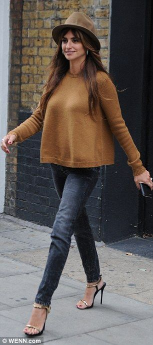 db74c9a71eaa Penelope Cruz trades chic LBD for casual skinny jeans in London #dailymail