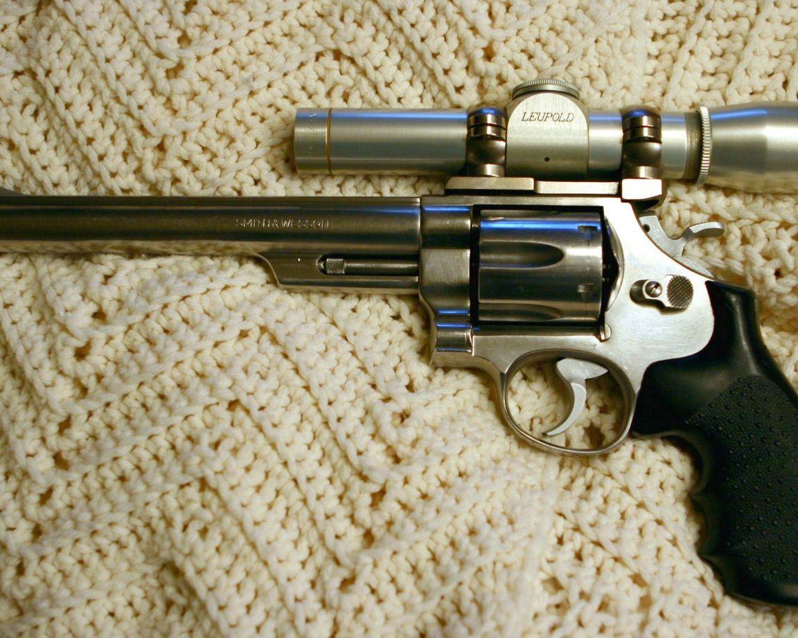 """Скачать обои стиль, Револьвер, Смит Вессон, LEUPOLD, оптику, удобная, шерстяное, барабан, рукоять, ПОД, крепление, ствол, блеск, известное, изделие, оружие, курОК, пластик, крючОК, """"S&W"""", спусковОЙ, фон, оптический, белый, Smith & Wesson, раздел оружие в разрешении 1152x922"""