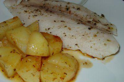 Este filete de pescado al horno es increíblemente delicioso y saludable, lo puedes acompañar con la guarnición que gustes.