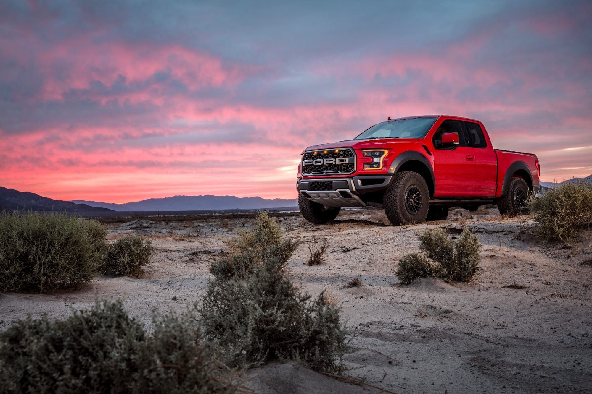 Ford Teamed Up With Performance Racing Outfit Fox To Give The Raptor S Suspension An Electronic Makeover Ford Raptor Ford Velociraptor Pickup Trucks Desert ford truck full hd wallpapers
