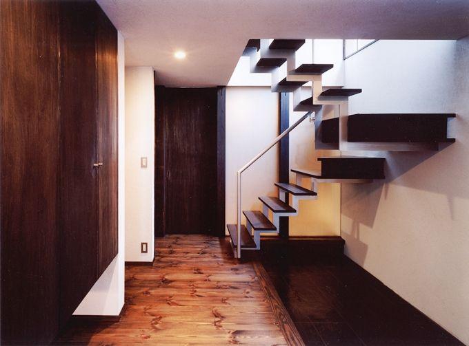 オープンな階段のある玄関 家 玄関 階段