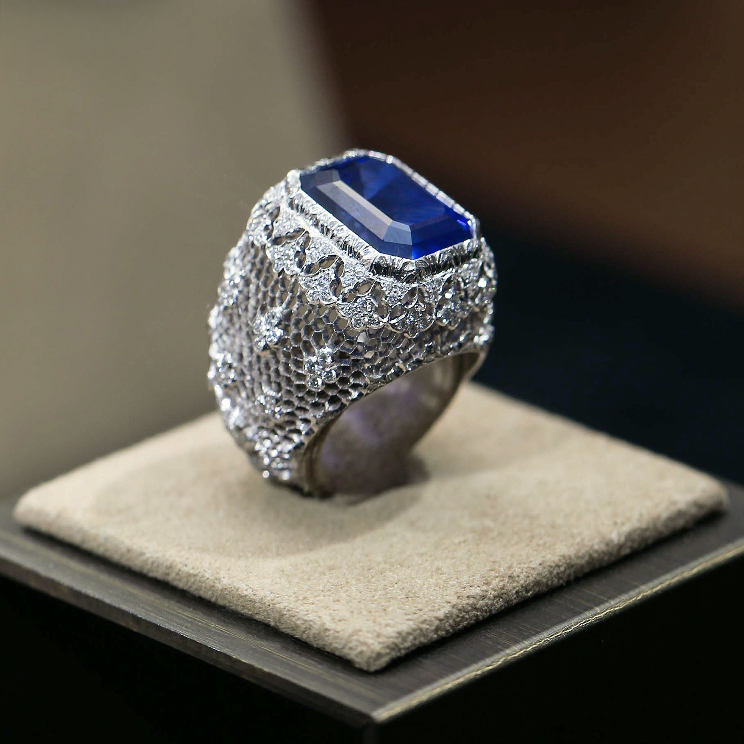 #Buccellati Cocktail Rings are lavish, opulent and stunning. Explore and be enchanted by every detail of this fearless white gold honeycomb piece with a centrale sapphire and diamonds.