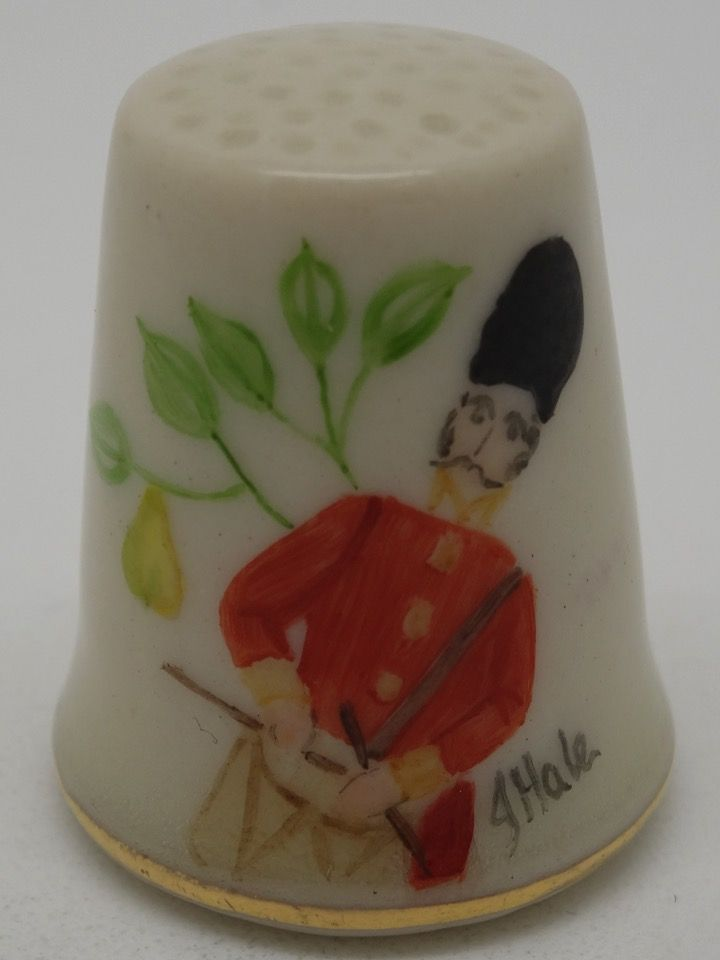 Ninth Day Of Christmas - Nine Drummers Drumming. Twelve Days of Christmas Collection. Firmado J. Hale. Hurley Porcelain. Thimble-Dedal-Fingerhut.