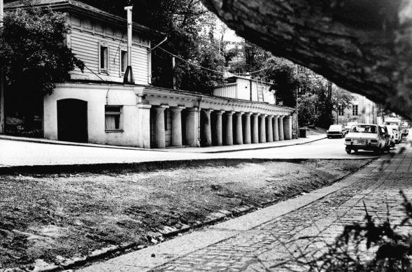 Pylväiköstään tunnettu Pinella oli Turun ensimmäinen terassiravintola. Kuvan ajankohta ei ole tiedossa. (Kuva: TS-arkisto).