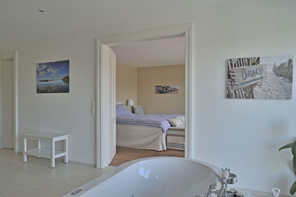 Bad en Suite mit Schlafzimmer im Landhausstil - Inneneinrichtung ...