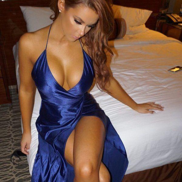 Heiße sexy Mädchen in engen Kleidern