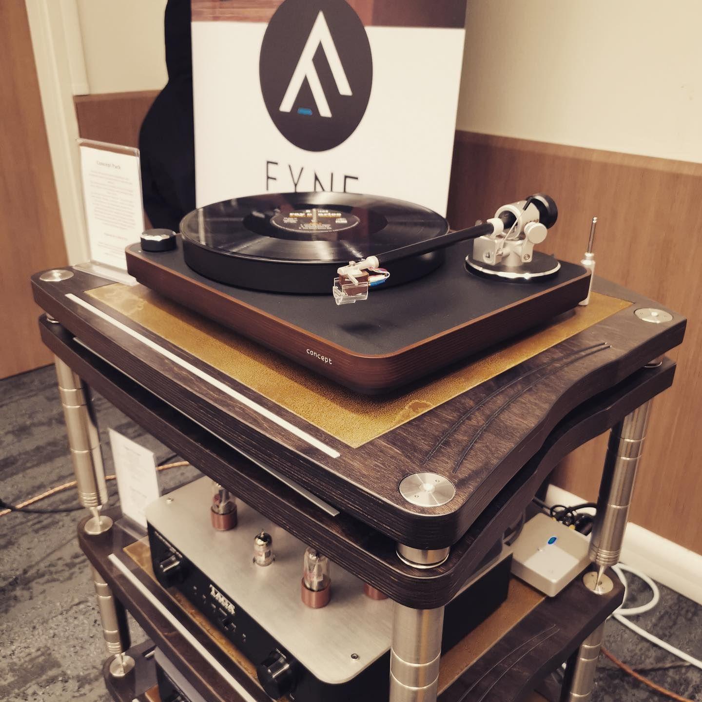 Sur Le Showroom De Hamysound Au Salon Parisavshow Platine Vinyle Allemande De Clearaudiohifi Electroniques Polonaises De In 2020 High End Audio Audio Rack Hifi