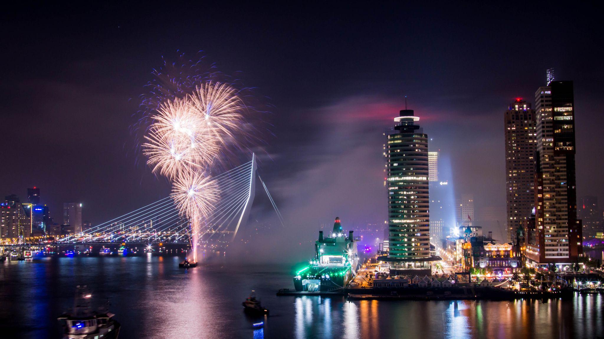 Erasmus Nieuwjaar.Happy New Year Rotterdam Fireworks At The Erasmusbrug