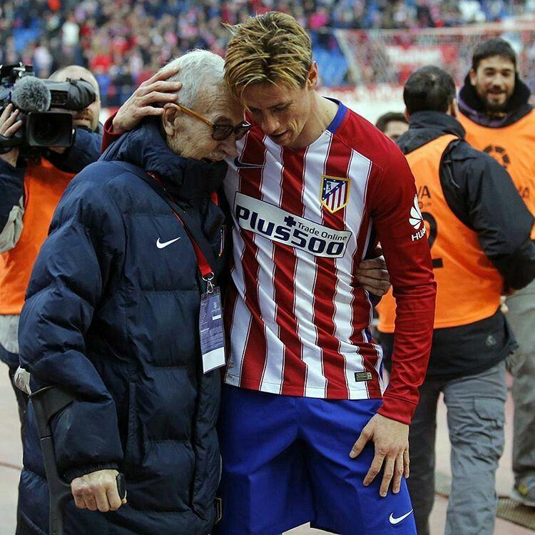 Torres regaló su camiseta del gol 100 a Manuel Briñas, responsable de la cantera cuando llegó