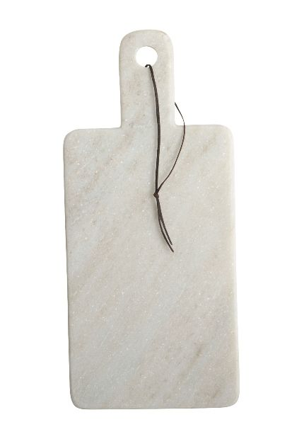House Doctorin marmorinen leikkuulauta on tukeva alusta pilkkomiseen ja kaunis sisustuksellinen yksityiskohta keittiössä. Tämä tyylikäs leikkuulauta sopii myös kaikenlaisiin kattauksiin sekä tarjoiluun. Nahkalenkin ansiosta voit ripustaa leikkuulaudan kätevästi esille. Koska kyseessä on luonnonmateriaali, kuvioinnissa/värityksessä esiintyy vaihtelua. Mitat: 18 x 40 x 1,5cm Väri: valkoinen Hoito-ohje: käsinpesu lämpimällä vedellä, tarvittaessa käytä neutraalia puhdistusainetta.
