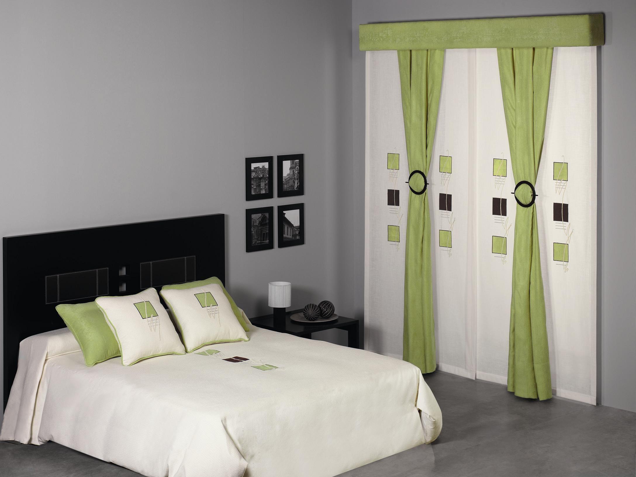 Panel japon s con volante y ca das en combinaci n con for Cortinas de dormitorios modernos