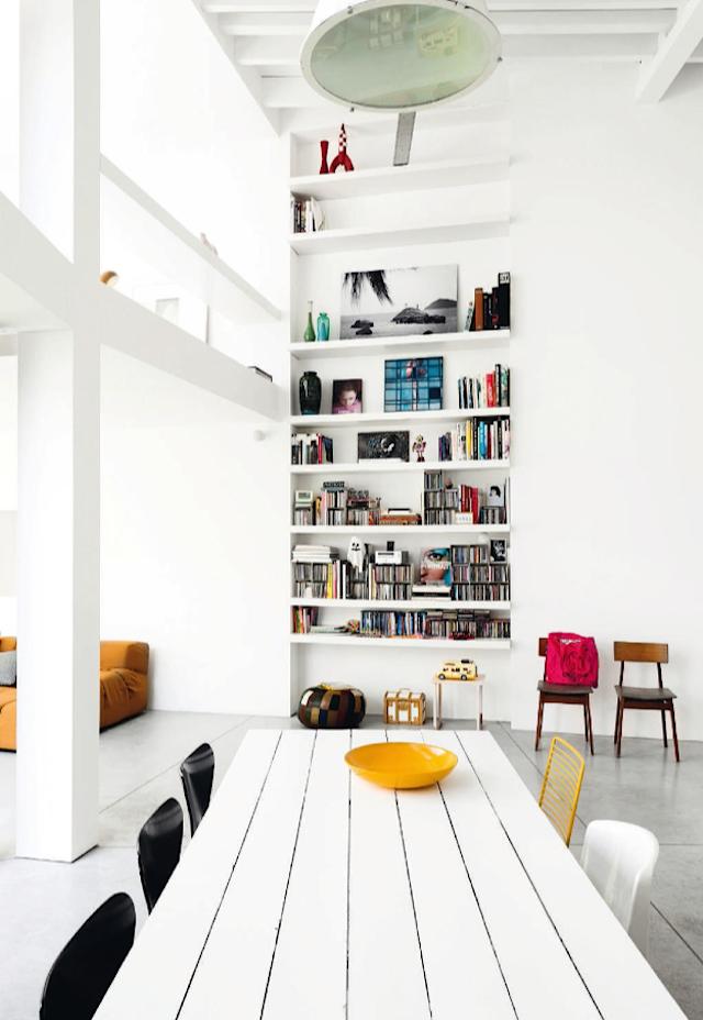 Lichte woonkamer met mooi kleurenpallet | Bücherregale, Esszimmer ...