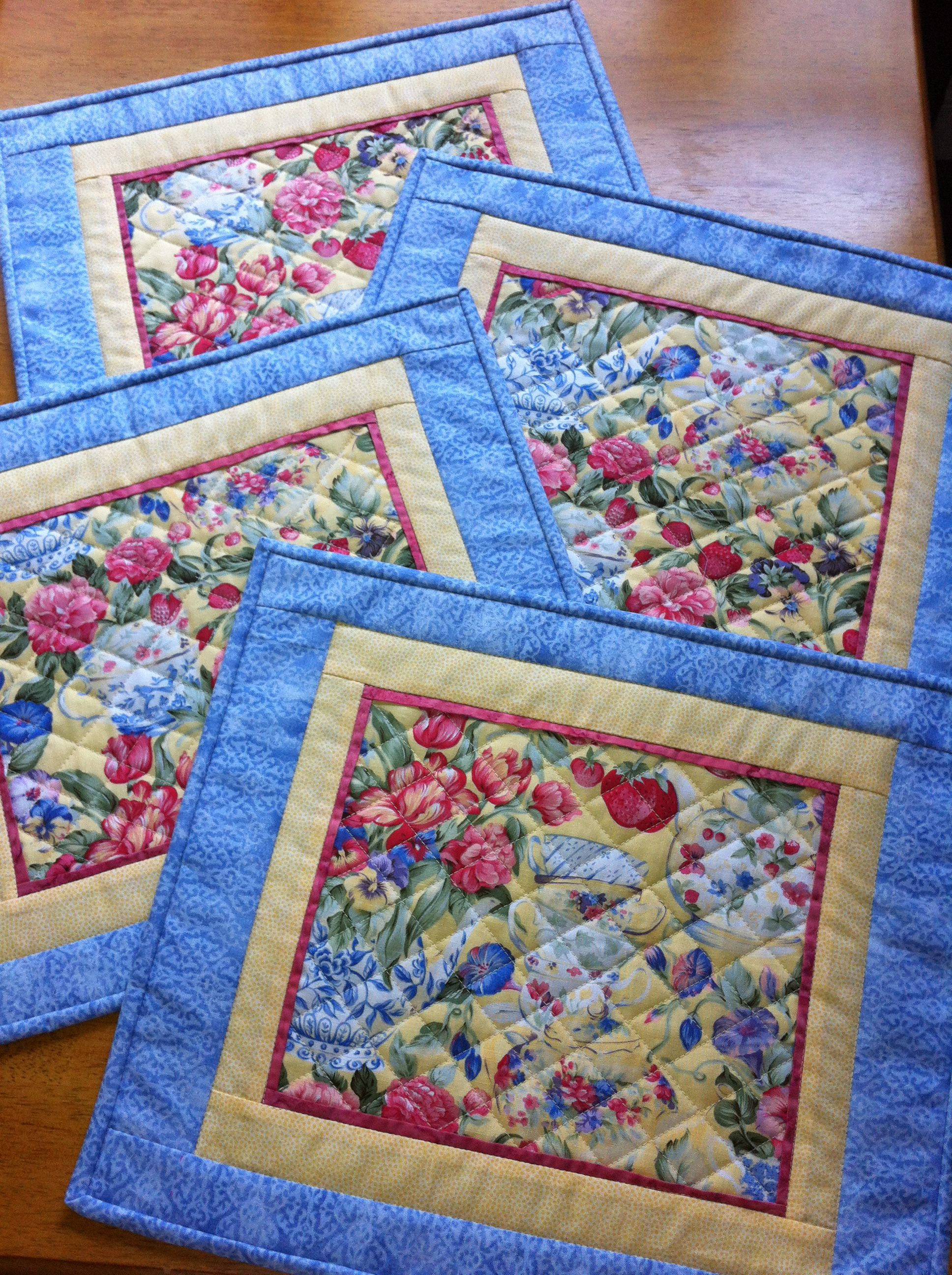 This Is My Summer Challenge And I Just Love Them I Don T Think The Colors Show Up Well The Blue Border Is A Lovely Blu Patchwork Jogo Americano Artesanato