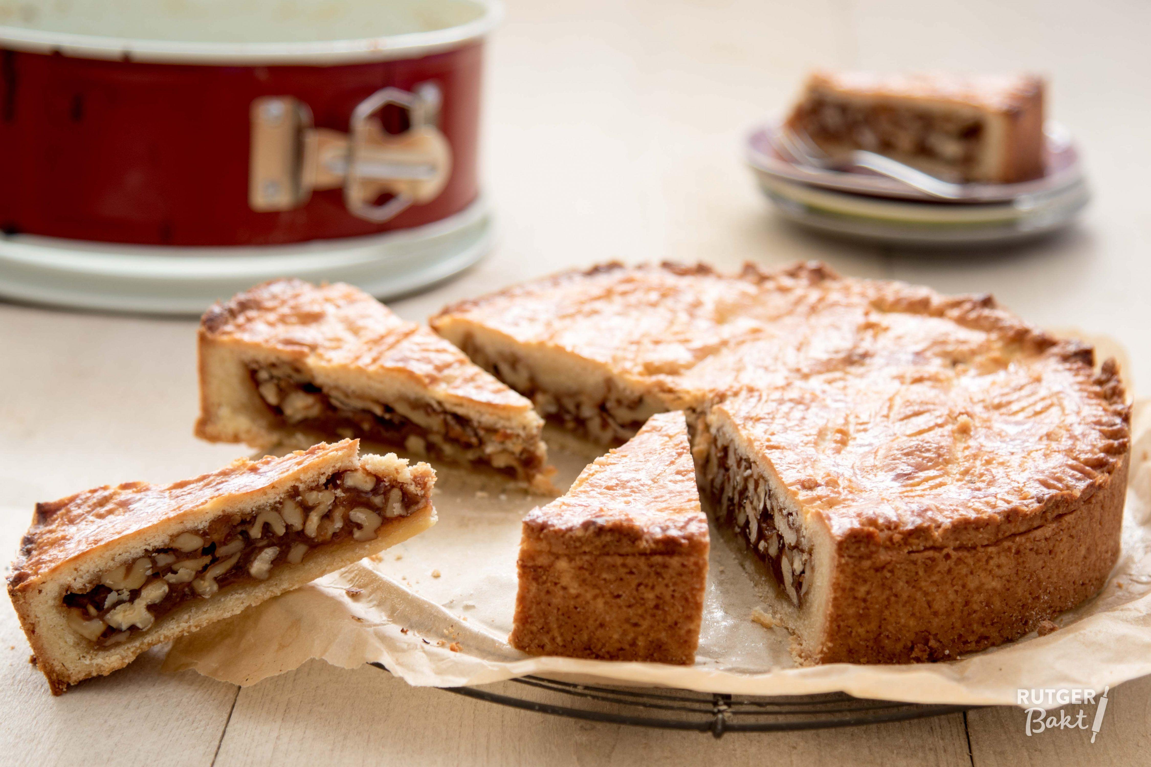 Deze Zwitserse walnotentaart is een feestje om te eten! De romige karamelvulling vormt een mooi contrast met het deeg. Het voordeel van de Engadiner nusstorte is dat hij behoorlijk lang houdbaar is, p