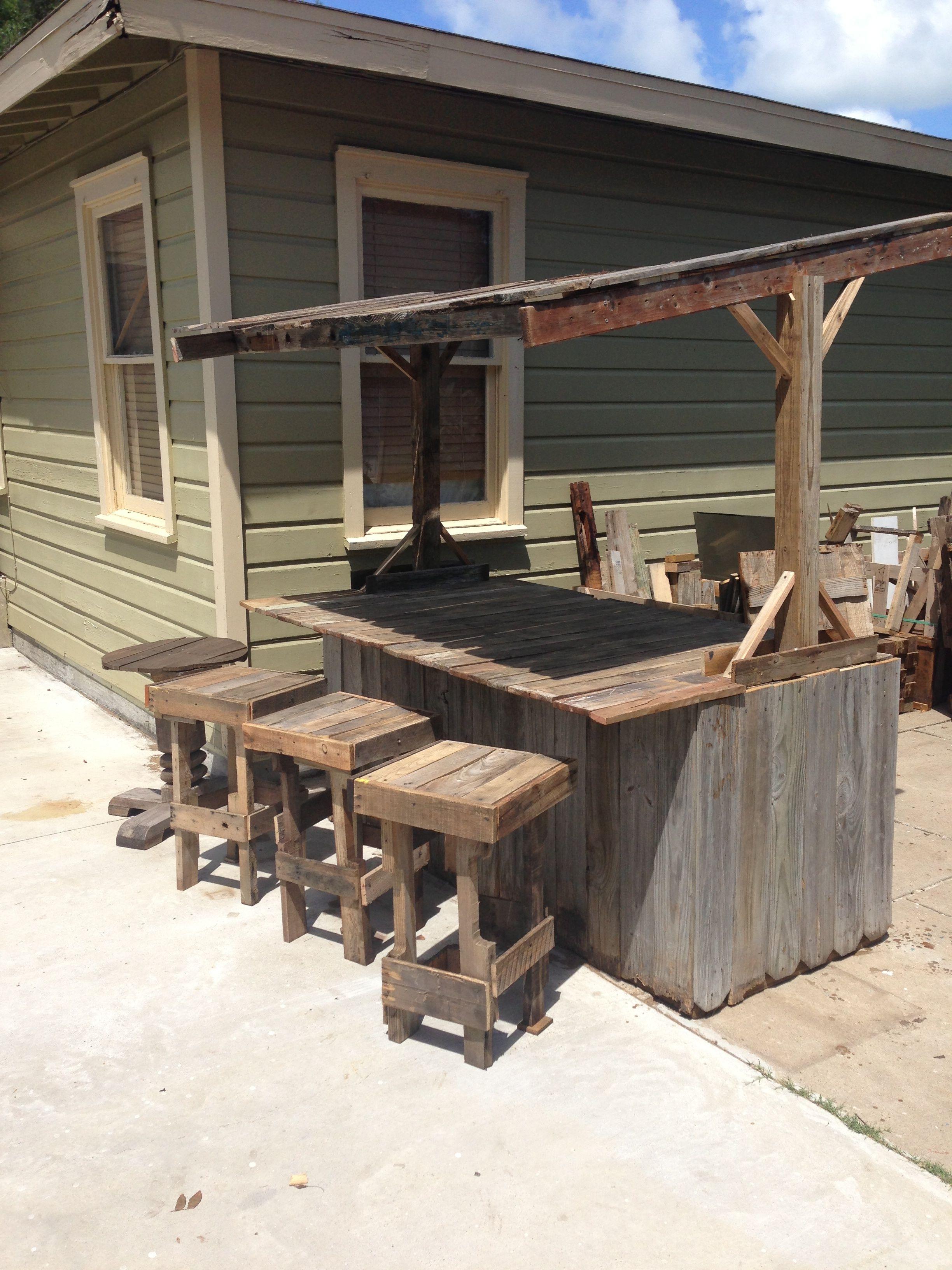 Wood Fence Bar And Pallet Stools Diy Outdoor Bar Diy Outdoor Fireplace Backyard Bar