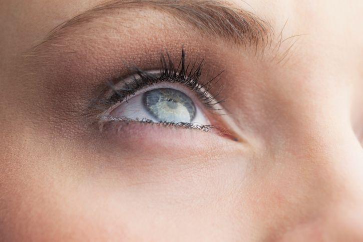 Stress : 6 exercices de yoga des yeux qui apaisent | Yoga ...