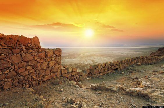Masadah es un lugar con una doble importancia para Israel: sentimental y arqueologica. Un lugar que respira heroismo por los cuatro costados, y cuya belleza deja sin aliento. Desde esta fortaleza s…